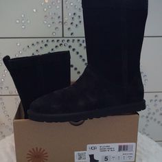 LISTING UGG LO PRO SHORT PERF SIZE 5 -BRAND NEW IN BOX (NO LID) -SIZE: 5 -COLOR: BLACK -MADE IN CHINA -INCLUDE ORIGINAL BOX WHEN SHIP NO LID          ⭐️TOP RATED SELLER FAST SHIPPER NEXT DAY SHIPPING ❌NO TRADE ❌NO PAYPAL ✅BUNDLE OFFER UGG Shoes Winter & Rain Boots