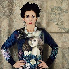 Ubierz się w bluzę z motywem przedstawiającym barokowy portret dziewczyny wśród kwiatów.   Wzór na podstawie obrazu olejnego Marty Julii Piórko, artystkiznanej z baśniowych, mrocznych i tajemnic...