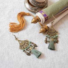 boucles d'oreille kaki et bronzes style ethnique chic, boucle d oreille couleur kaki à pompon, bijoux kaki, bijou
