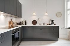 This dark grey kitchen contrasts so nicely against the white tile backsplash. Combined with some wood chopping board and a touch of copper from the Menu water jug, it really makes a very inviting kitchen. Kitchen Dinning, New Kitchen, Kitchen Decor, Dark Grey Kitchen, Grey Kitchen Cabinets, Grey Kitchens, Home Kitchens, Kitchen Interior, Home Decor