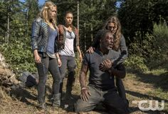 """The 100 -- """"Fog of War""""  -- Image: HU206a_0009 -- Pictured (L-R): Eliza Taylor as Clarke, Lindsey Morgan as Raven, Isaiah Washington as Jaha, and Paige Turco as Abby -- Photo: Cate Cameron/The CW -- © 2014 The CW Network, LLC. All Rights Reserved"""