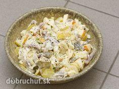 Rybí šalát so zemiakmi 250 g ryba 1 bobkový list 200 g zemiak 100 g steriliz zelenina 1 cibuľa 200 g majonéza citrónová šťava, soľ, ocot, mleté korenie Rybu očistíme a vložíme do horúcej, osolenej vody, pridáme ocot, korenie a bobkový list. Uvaríme do mäkka, necháme vychladnúť. Vychladenú vykostíme, pokrájame na kocky. Zemiaky uvarené v šupke olúpeme a nakrájame na kocky.Pridáme k rybe, aj nakrájanú zeleninu, premiešame. Polejeme citrón šťavou, okoreníme, osolíme, dáme majonézu, zamiešame