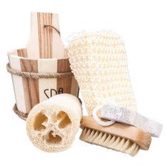 Set bagno SpaUn ottimo complemento per la linea SPA SENSES. All'interno del sacchetto in legno rustico troviamo: una spugna di luffa, una spugna di crine, una spazzola per le unghie in legno e una pietra pomice con laccetto di colore bianco.