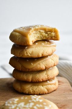 All you need are FOUR ingredients to make these sweet + salty maple shortbread cookies. And they just happen to be grain-free, gluten-free, dairy-free, paleo, AND vegan. Paleo Dessert, Dessert Sans Gluten, Bon Dessert, Gluten Free Desserts, Dessert Recipes, Cookies Sans Gluten, Paleo Cookies, Best Vegan Cookies, Gluten Free Gingerbread Cookies