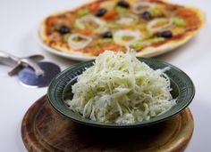 Detta otroligt goda recept på pizzasallad fick jag av vår kära kvarters pizzeria. Tricket att få den riktigt god är ananasspad och att pressa kålen