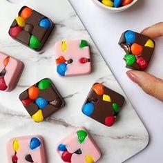 m&m's overdose - Chocolate - Madame Choklad Chocolate Cube, Chocolate Photos, Chocolate Covered Treats, Chocolate Crunch, Chocolate Brands, Pink Chocolate, Chocolate Shop, Chocolate Treats, Best Chocolate