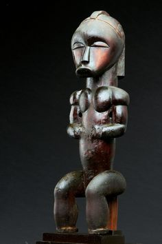 "Lot : Superbe figure de reliquaire ""byeri"" représentant un personnage assis avec aplomb[...] 