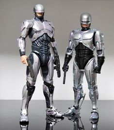Reboot Robocop comparison to original movie version, model figures. Gi Joe, Armadura Do Batman, Character Art, Character Design, Films Cinema, Sci Fi Armor, Robot Design, Sci Fi Fantasy, Cyberpunk