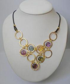 Collar anillas doradas y cristales de colores.