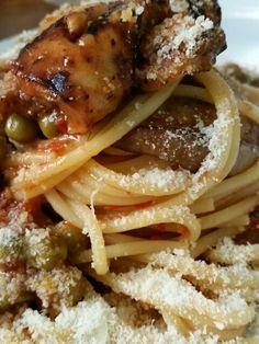 Spaghetti con pomodorini datterino, piselli e melanzane.