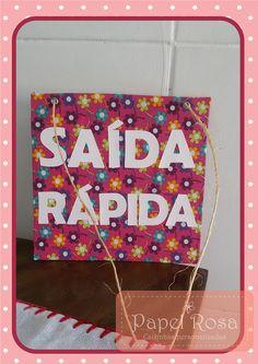 Plaquinha de sinalização para uma saída rápida, para loja Artesamassa (www.facebook.com/artesamassa). Feito com papelão rígido, tecido de chita e letrinhas coladas. Ficou muito charmosinha né?!?