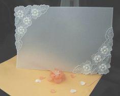 Convite em papel vegetal, estilo moldura, desenhos em relevo e perfurados, detalhes em pérolas