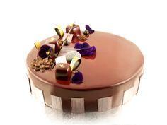 Entremets Chocolat : Biscuit dacquoise noisettes/ Mousse Chocolat au lait / Croustillant praliné / Crémeux Chocolat noir / Glaçage miroir chocolat au lait / Décors chocolat