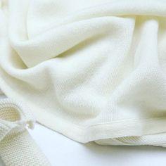 Cocon de #douceur pour envelopper son #bébé dans une matière #souple et élastique. #layette #couverture de #naissance en pure #laine vierge #merinos extra fine