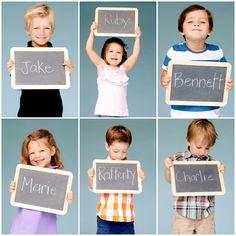 Dit ben ik: Foto van de kinderen maken met hun naam (en geboortedatum) op een schoolbordje geschreven.