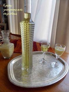 Ετοιμάστε τα τώρα για το Πάσχα!   Τα λικέρ με εσπεριδοειδή είναι τα αγαπημένα μου. Είναι ιδιαίτερα αρωματικά και γλυκόπιοτα και αποτελούν ιδανική συνοδεία για τα μικρά κεράσ… Greek Recipes, My Recipes, Cookbook Recipes, Cooking Recipes, Smoothie Drinks, Cocktail Drinks, Cocktails, Soul Food, Glass Vase