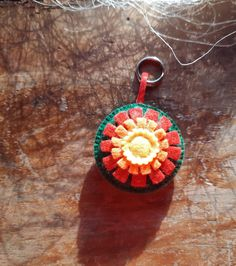 "Schlüsselanhänger ""Blume"" aus Filz von BernadettHackner auf Etsy Crochet Earrings, Etsy, Jewelry, Flower, Felting, Craft Gifts, Handmade, Schmuck, Jewlery"