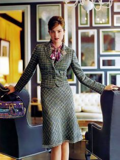 Professional, feminine and subtle flair medium green tweed suit Womens Dress Suits, Suits For Women, Clothes For Women, Tweed Suit Women, Tweed Suits, Modest Dresses, Nice Dresses, Amazing Dresses, Modern Suits
