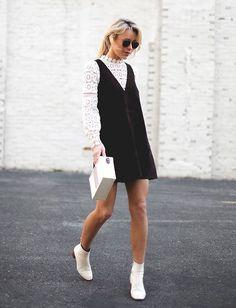 Foto de street style de como usar sobreposição com vestido de suede: