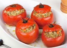 I pomodori ripieni con riso si preparano svuotando i pomodori della polpa scolando l'acqua di vegetazione, a parte si cuocerà la cipolla con il riso...