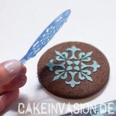 Schablone entfernen #Tortendekorieren #Shia #CakeInvasion #Bollywood #Cookies #Plätzchen