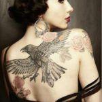 Tatouage oiseau corbeau et rose fleur dos femme