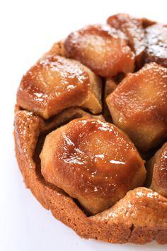 Tarta invertida de manzana hecha con harina integral y azúcar mascabo. Fácil, económica y saludable; ideal para acompañar con helado o yogur.