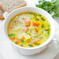 Zupa ogórkowa. Szybka zupa ogórkowa na rosole lub bulionie, z ziemniakami i marchewką. Zabielana kwaśną śmietaną.