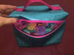 Bonjour, Je vous présente un Vanity très simple à coudre. C'est en fait une grande trousse avec 4 angles et une poignée. Il est idéal pour les débutantes et ce Vanity fera un excellent cadeau de Noël. Comme je prends soin de vous, je vous ai préparé la... Sewing Projects, Projects To Try, Blog Couture, Diy Vanity, Beauty Case, Diy And Crafts, Lunch Box, Pattern, Bags