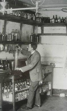 Desde 1927 nuestros especialistas vienen creando todas las variantes de los productos TITAN. Las coloristas imágenes del laboratorio contemporáneo fueron en su día estampas en blanco y negro (pero hay que reconocerlo, aún sin color están llenas de encanto) www.titanlux.es