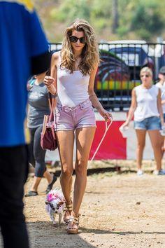 Рэйчел МакКорд (Rachel McCord) без лифчика в парке в Малибу