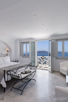 Athina Luxury Suites in Fira auf Santorini, Griechenland #interior #whiteinterior #interiorinspiration