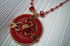 Piros és arany színű, fém alapú, gyöngy-hímzett medálos nyaklánc. 4500.-Ft.