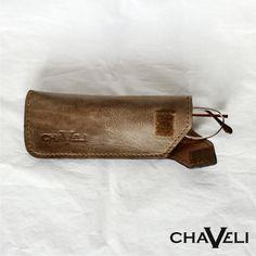 Funda de gafas realizada en #piel con cierre de velcro. #Chaveli, #artesanía en #cuero de  #Asturias