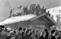 """Sternstunden in Kitzbühel: Skifans auf einer Scheune an der Streif mit einem Plakat: """"Klammer und Co fährt den Rest Ko!"""" Mehr Fotos finden Sie hier: http://www.nachrichten.at/nachrichten/fotogalerien/cme155574,982555 (Bild: Schaadfoto)"""