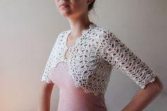bonito bolero a crochet Crochet Coat, Crochet Jacket, Crochet Cardigan, Crochet Shawl, Irish Crochet, Crochet Clothes, Crochet Stitches, Crochet Patterns, Shrug Pattern