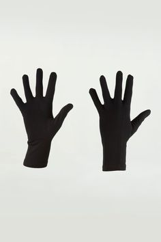 Our glove liners are made from midweight 260gm merino wool to give your hands an extra level of warmth. With a touch of LYCRA® for an enhanced fit, these glove liners can also be worn solo.