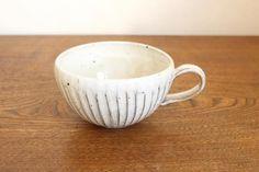 美濃焼の粉引削ぎ目スープカップです。粉引のやわらかなオフホワイトの色あいに、黒い鉄点が良いアクセントになって、味のある風合いを醸しだしています。|和食器通販|うちる|和食器の皿、鉢、飯碗など
