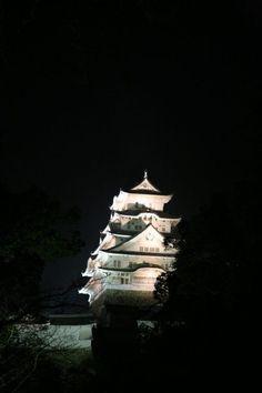 Himeji Castle is a hilltop Japanese castle complex located in Himeji, in the Hyōgo Prefecture. 姫路城