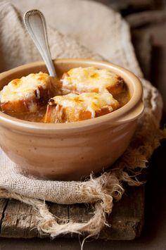 soupe aux oignons Ingrédients pour 4/5 personnes  3 gros oignons (ou 5 moyens) 8 tranches de pain de campagne (ou 12 rondelles de baguettes) 120 g d'emmental ou de comté râpé 2 l d'eau 10 cl de vin blanc sec  2 gousses d'ail 1 bouquet garni (1 morceau de blanc de poireau, 2 branches de persil, 6 feuilles de céleri) 2 c. à soupe d'huile d'olive 1 c. à soupe bombée de farine Huile d'olive Sel et poivre du moulin