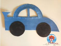Materialen om te knutselen: Wegwerpbord Karton Verf Kwast Schaar Potlood of pen Lekker knutselen: Teken de onderkant van de auto op karton en knip het uit. Knip een wegwerpbord door d...