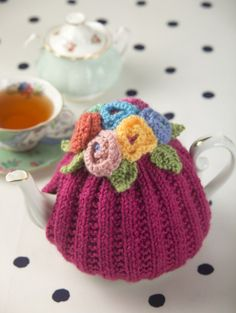 Blooming Teapot Cozy Knit with Lion Brand yarn. Tea Cosy Knitting Pattern, Tea Cosy Pattern, Knitting Patterns Free, Free Knitting, Crochet Patterns, Finger Knitting, Scarf Patterns, Knitting Projects, Crochet Projects