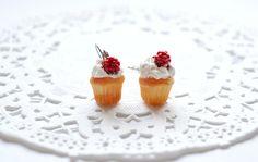 Cups-cakes à la chantilly et framboise en polymère, boucles d'oreilles gourmandes, bijou sucré, bijou en polymère fimo, cupcakes miniatures