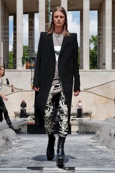 Discover NOWFASHION, the first real time fashion photography magazine to publish exclusive live fashion shows. Ny Fashion, Tokyo Fashion, Live Fashion, Winter Fashion, Fashion Outfits, Unisex Fashion, Sequin Coats, London Illustration, Leather Blazer