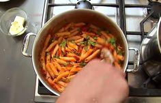Als je je pasta na het koken in een vergiet stort, op een bord legt en de pastasaus er vervolgens op schept dan DOE JE HET HELEMAAL VERKEERD! Watch & learn.