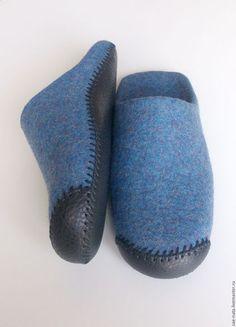 Купить или заказать Тапки мужские валяные в интернет-магазине на Ярмарке Мастеров. Тапки валяные мужские из натуральной шерсти. Выполнены тапки в виде шлепанцев. Тапочки изготовлены на обувных колодках, соблюдены стандартные размеры мужской обуви. Тапки мужские изготовлены вручную из натуральной шерсти Маори. Войлок на тапочках-шлепанцах плотный и толстый. Пятка у тапок двойная. Подошва на мужских валяных тапках из натуральной обувной кожи.