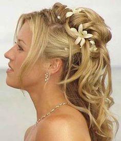 Blonde Brautfrisure mit Blumen.