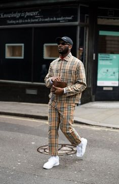 The Third and Final helping of London Fashion Week Mens street-style looks shot by Jim Jeon exclusively for FGUK Magazine. London Fashion Week Mens, Mens Fashion Wear, Best Mens Fashion, Men Wear, Vogue Uk, Burberry Trenchcoat, Looks Hip Hop, Latest Mens Wear, Gentleman Style