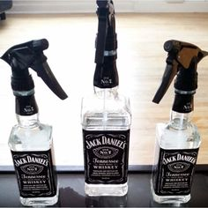 Cool Things To Make With Empty Jack Daniel's Whiskey Bottles – I love all these ideas for upcycling empty Jack Daniels bottles and turning those empty whiskey bottles into useful … Jack Daniels Gifts, Jack Daniels Bottle, Old Liquor Bottles, Alcohol Bottles, Diy Bottle, Spray Bottle, Whiskey Bottle Crafts, Whisky, Perfume Packaging
