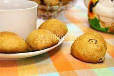 Печенье с бананом на тарелке